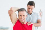 fyzioterapeut cvičí s mužem