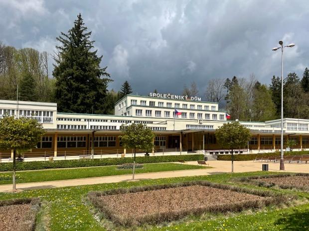 Luhačovice - Společenský dům přes zahradu